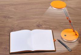 Lampe Notizbuch Schreibtisch